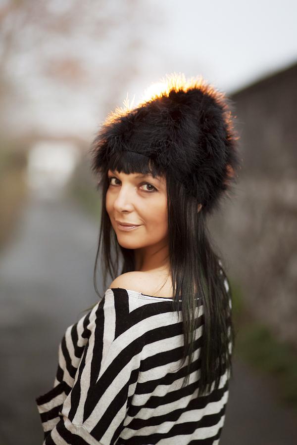 Smilingischic, fashion blog, Sandra Bacci , Moi Je Joue Firenze, Stripes, primo piano, sorriso, cappello con piume, Tres Jolie