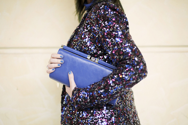 smilingischic, fashion blog, sparkle and comfy look, streestyle, giacca di paillettes, contrast, accessorize blue clutch, dettagli, Pietrasanta,