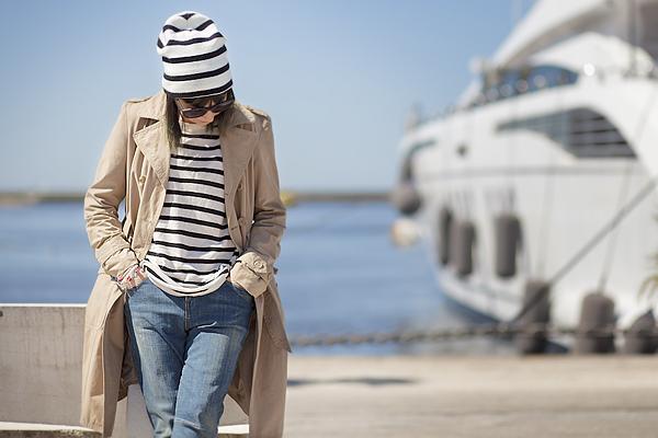 Smilingischic, fashion blog, Sandra Bacci, Walking down in the dock in a striped style, darsena Viareggio, trench classico, maglia oversize a righe H&M, outfit, berretto a righe, abbigliamento per una passeggiata al porto