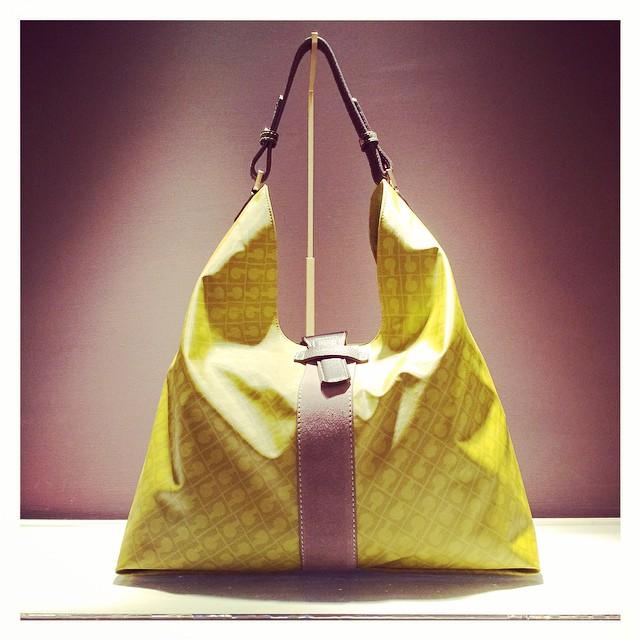 Luminosa troneggia e attira subito  la mia attenzione da @gherardinibags : #vng #gherardini #gherardinivenicenight #bag  #style