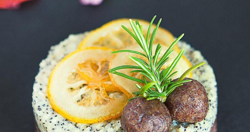 Torta cruda al limone, ginger e semi di chia