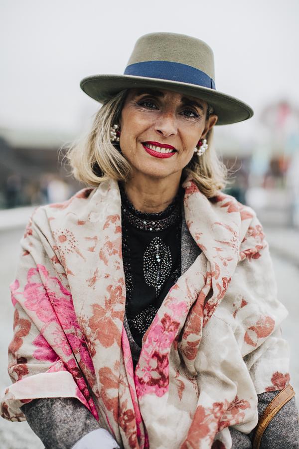 PittiUomo91-pittipeople-lady con cappello a falda larga- donna sorridente
