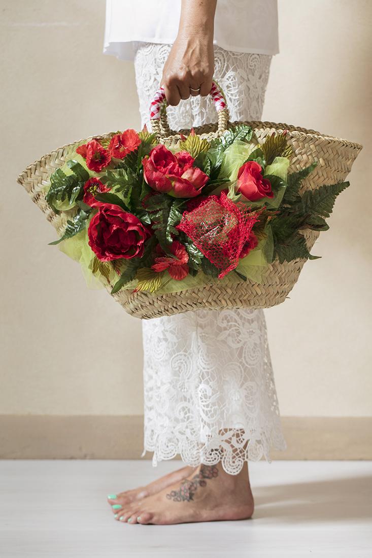 borsa di paglia con rose rosse