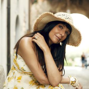 Smilingischic outfit abito a fiori asimmetrico Ax Paris cappello di paglia