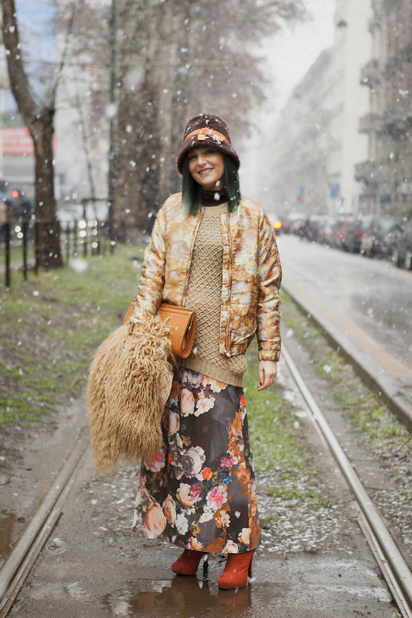smilingischic, fashion blog, flowers, mix and match, outfit sotto la neve, brown and orange, flowers in the snow, via Piave, imperial, bomber H&M ,