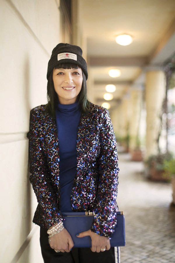 smilingischic, fashion blog, sparkle and comfy look, streestyle, giacca di paillettes, contrasti, bluette,  beanie, Pietrasanta,