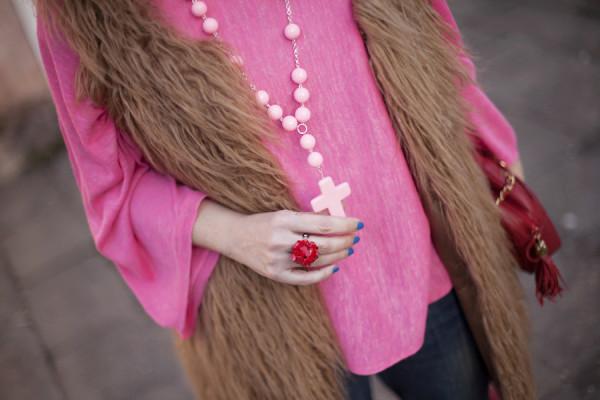 smilingischic, fashion blog, pink and red, spring, occhiali da sole Max & Co , outfit , dettaglio colana handmade con croce, anello con fiore resina,