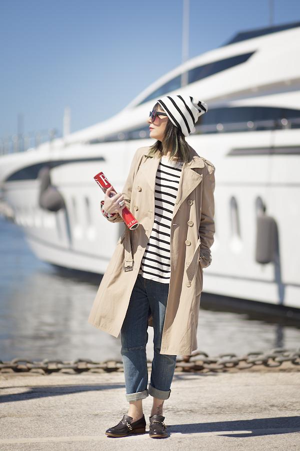 Smilingischic, fashion blog, Sandra Bacci, Streestyle, Walking down in the dock in a striped style, darsena Viareggio, trench classico, maglia oversize a righe H&M, outfit, berretto a righe, abbigliamento per una passeggiata al porto