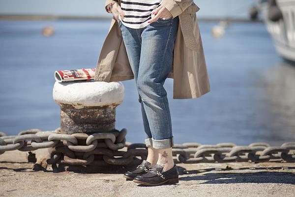 Smilingischic, fashion blog, Sandra Bacci, Walking down in the dock in a striped style, darsena Viareggio, trench classico, maglia oversize a righe H&M, outfit, berretto a righe, abbigliamento per una passeggiata al porto, dettagli jeans Fornarina, mocassini Airstep black, mocassini con borchie