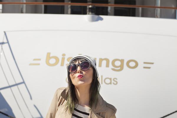 Smilingischic, fashion blog, Sandra Bacci, Walking down in the dock in a striped style, darsena Viareggio, trench classico, maglia oversize a righe H&M, outfit, berretto a righe, bacio , occhiali Asos neri