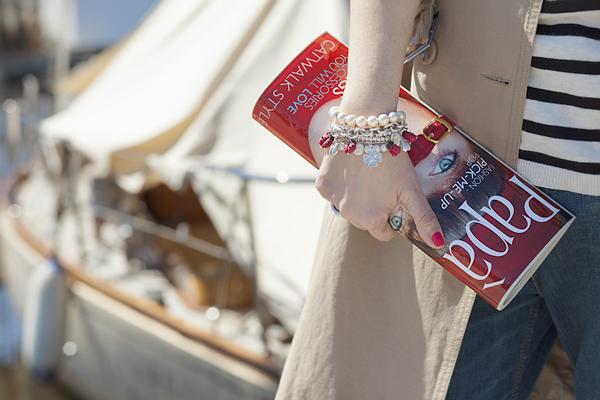 Smilingischic, fashion blog, Sandra Bacci, Walking down in the dock in a striped style, darsena Viareggio, trench classico, dettagli bracciali, bracciali in fimo. Rachele's Fimo, Paparazzi clutch