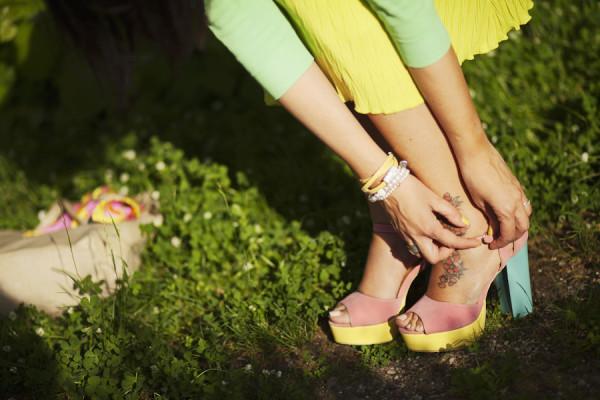 Smilingischic, fashion blog, Ladrèe colors, macarons style. verde lime, mura di Lucca, dettaglio scarpe con tacco largo multicolor