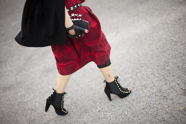 Smilingischic, fashion blog, Sandra Bacci, LuisaViaRoma, Firenze4ever Party,  outfit,  dettaglio, ankle boots customizzati, grunge, glam, punk!, Collar, collar Karl Lagerfeld , borchie,