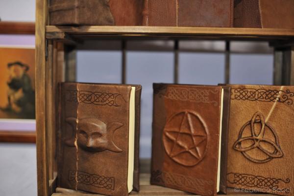 Piazza Dante in Arte, mostra contemporanea all'aperto, manufatti in pelle e legatoria in stile medievale, artigianato locale, Itinera, smilingischic, eventi a Pisa,