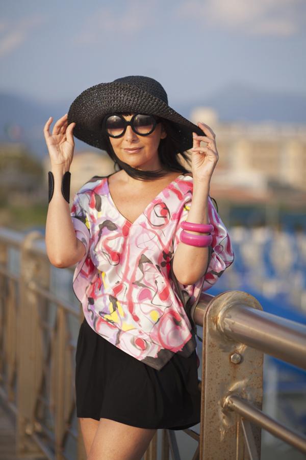 Smilingischic, fashion blog, Magnifica, Art A Porter, Caftano dipinto a mano, accessori per l'estate, cappello a falda larga , outfit , occhiali rotondi, Zero UV,