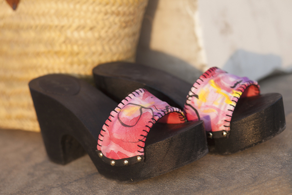 Smilingischic, fashion blog, Magnifica, Art A Porter, Caftano dipinto a mano, accessori per l'estate, zoccoli in legno dipinto a mano, coordinati mare,