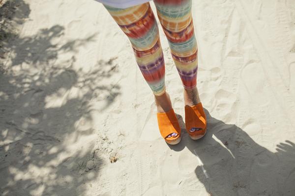 Smilingischic, abbigliamento da mare, tie Dye, leggins Asos, visiera trasparente, zeppe arancio made in italy, Ottod'Ame, fiori, beach,