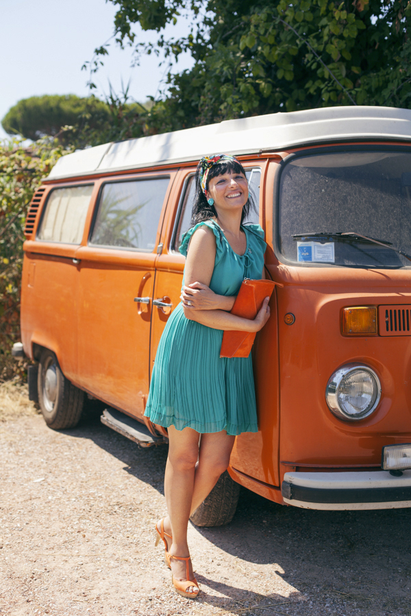 Smilingischic, fashion blog, Vintage style in orange and green and a Volkswagen van, vintage style, Denny Rose dress,