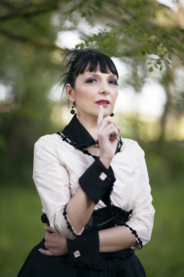 smilingischic, fashion blog, shooting per abiti da sposa non convenzionali. Très Jolie designer, new gothic, romantic style,