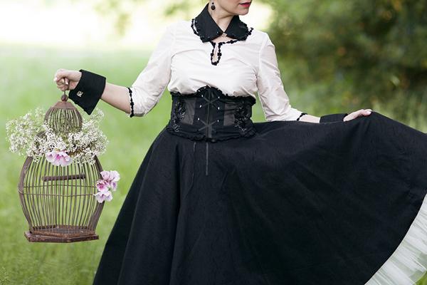 smilingischic, fashion blog, shooting per abiti da sposa non convenzionali, Très Jolie designer, new gothic, romantic style, dettaglio stringivita tulle e pizzo,