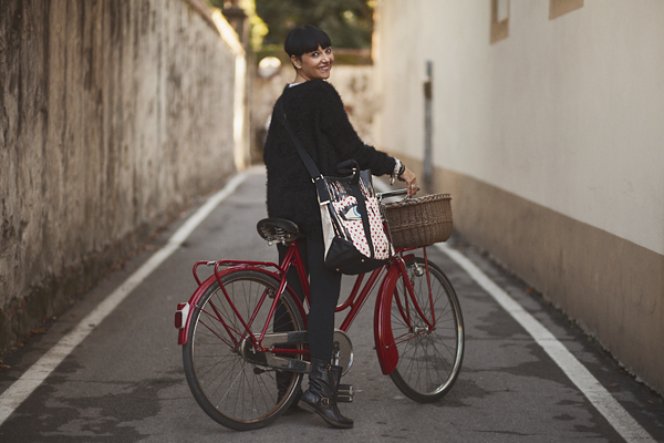 smilingischic, fashion blog, fun is not expensive, question time, bicicletta rossa vintage, dressing for work, come vestirsi per andare al lavoro,   maglia con punto interrogativo,