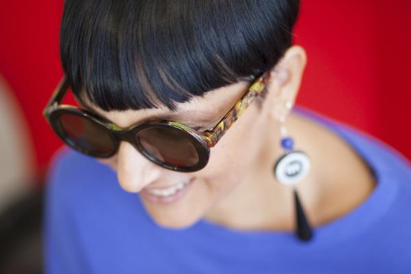 smilingischic, fashion bog, occhiali da vista ricercati, occhiali di qualità, look ottica e altro, Milano, negozi ottica milano, primo piano con occhiali