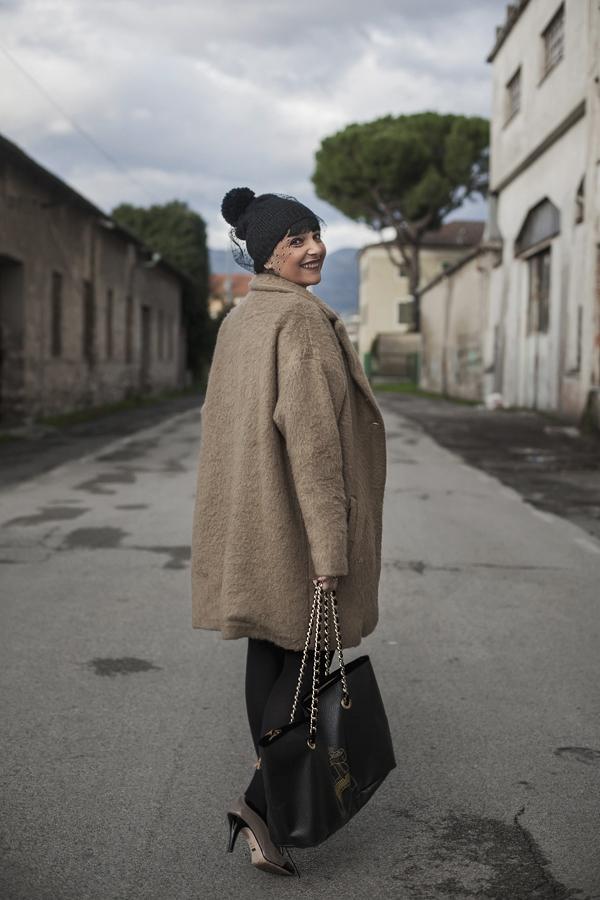 Smilingischic, fashionblog, the way to happiness, happy, outfit, pizzo, black and camel, romantic style, cappello di lana con veletta, cappotto a uovo cammello, Dixie