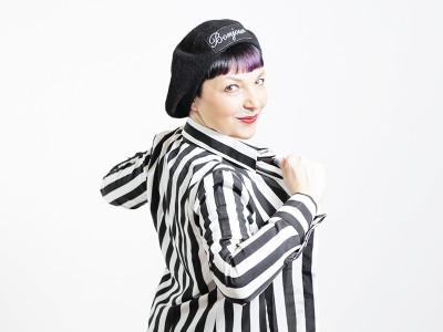Smilingischic-nara-camicie, fashion blog, shooting per Nara camicie , Bonjour... I LOVE stripes and you?, strips, black and white, sorriso, basco con scritta bonjour