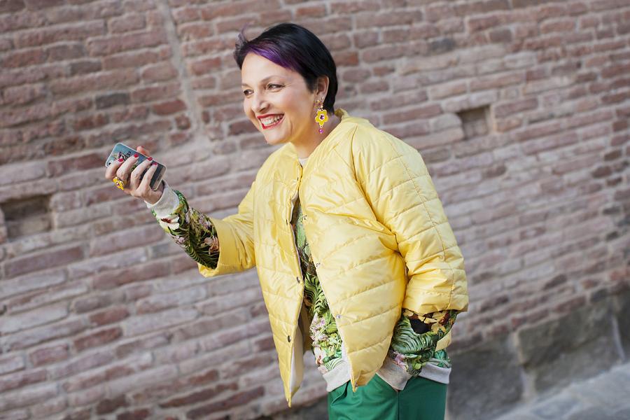 Smilingischic - fashion blog- piumino giallo, orecchini Sodini con fiori - smile - Sandra Bacci