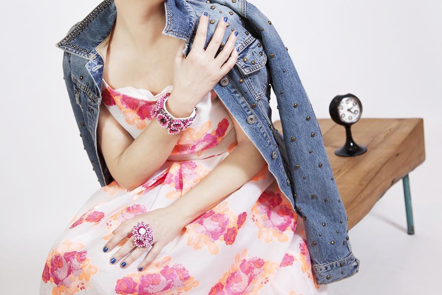 Smilingischic | Sandra Bacci -1003, dettaglio bracciale Sodini, abito in stile anni '50, giaccheeto di jeans vintage