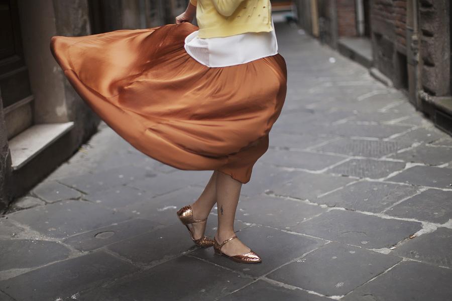 Smilingischic | Sandra Bacci | Nora scarpe di lusso-1004, gonna svolazzante, marrone bruciato e giallo