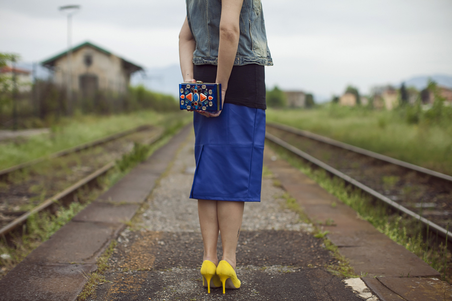 Smilingischic | Sandra Bacci | T-shirt Rud-1007, decolletè gialle , clutch Magazzini F