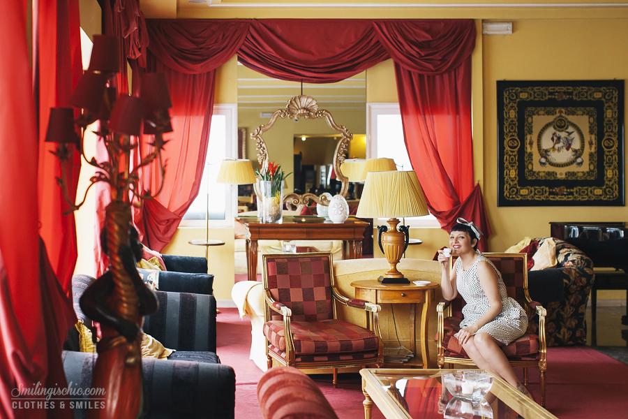 Smilingischic | Hotel Adua-1002, hall in stile barocco, outfit retrò,