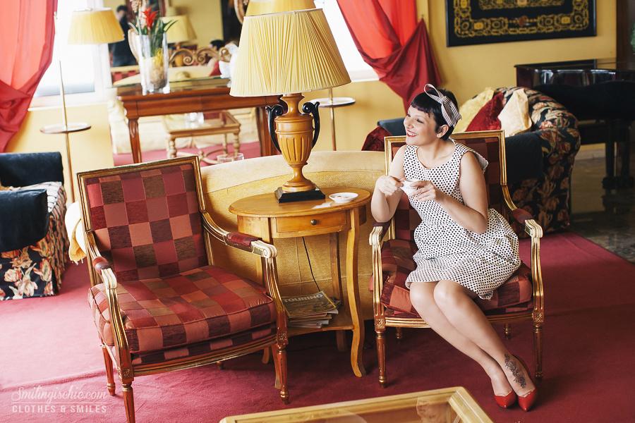 Smilingischic | Hotel Adua-1003,  hall in stile barocco, outfit retrò,