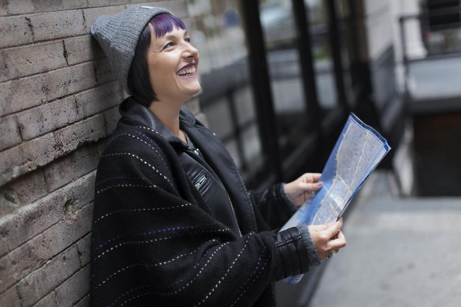 Smilingischic - New York -1006, Smile, donna che legge una cartina