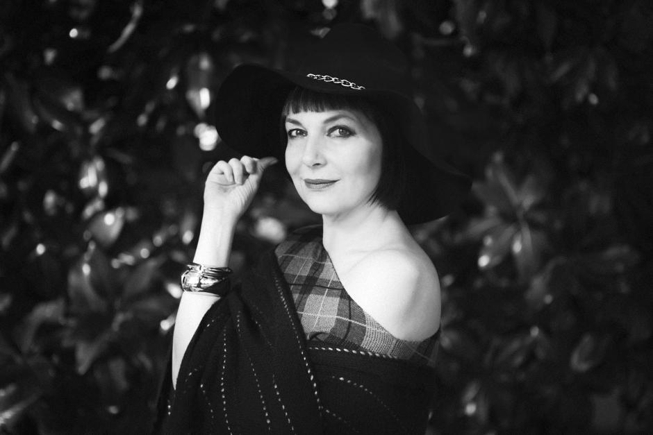 Scegliere l'Happy Life , Sandra Bacci sorridente , cappello a falda larga, Bianco e Nero,