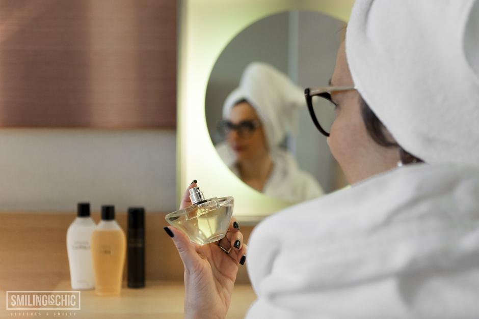 Smilingischic, La Perla Classic, Perfume Holding, femminilità,  donna che spruzza il profumo