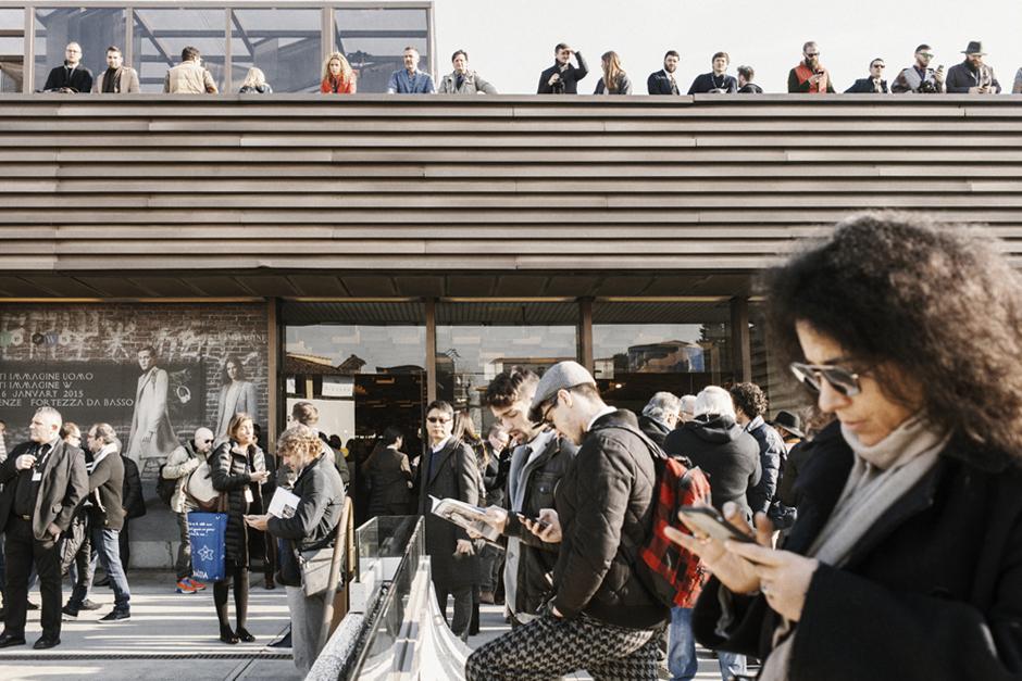 Un altro Pitti. L'Altro Pitti, Smilingischic, Think Visual , persone con smartphone