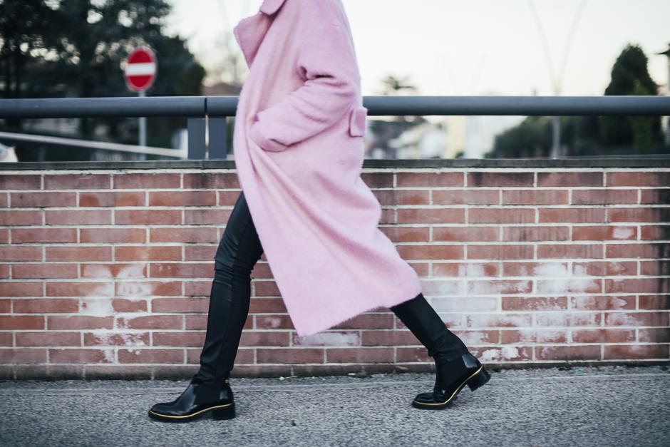 Smilingischic-Sandra Bacci-Le Camp-1003, cappotto rosa lungo, camminata