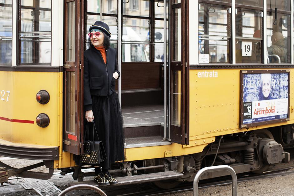 Special Edition FELDER FELDER for Silhouette, ragazza sul tram, total look red valentino