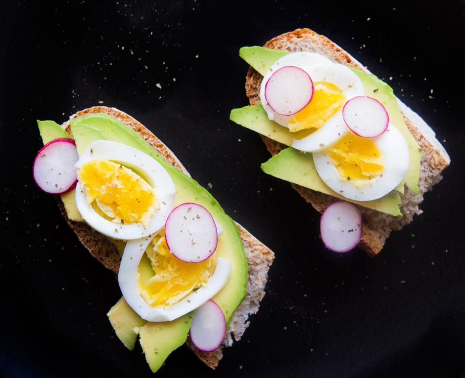 Una merenda originale, crostone con avocado e uova sode
