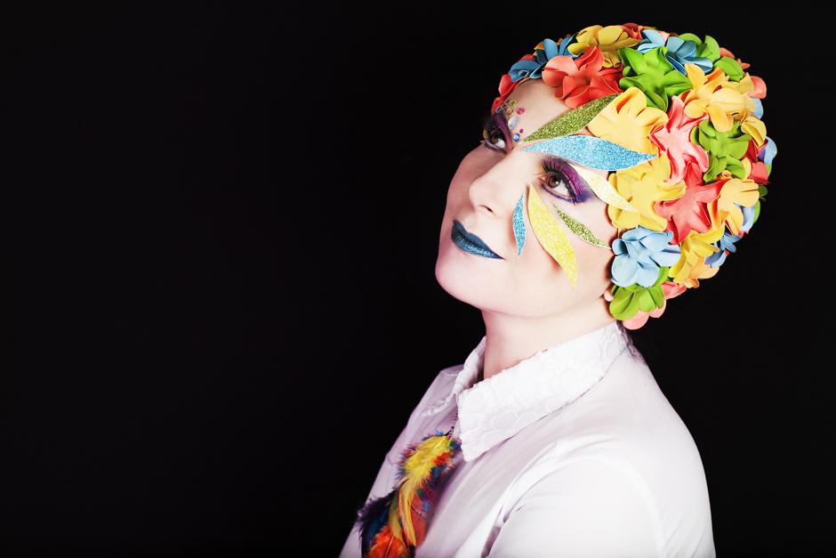 make up colorato, cuffia a fiori retrò