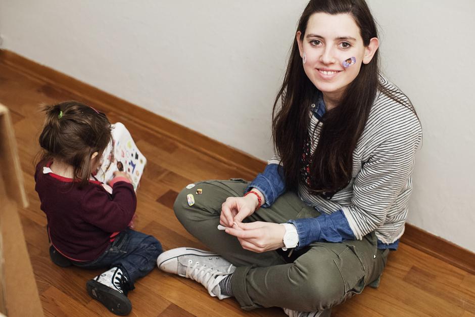 Chiara Nuti in casa con la sua bambina