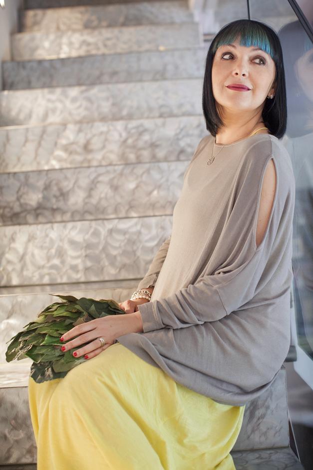 abito lungo Miawish e maglia con aperture sulle spalle, borsa con foglie