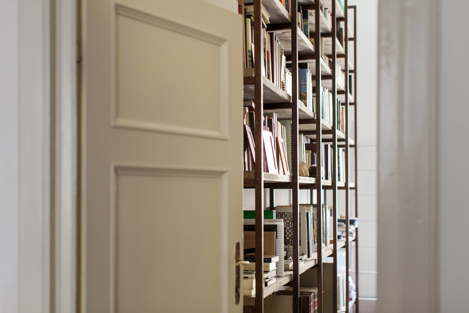 abitazione di un architetto. libreria studio