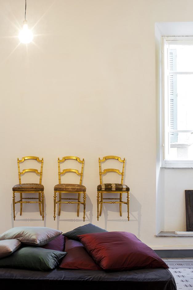 abitazione di un architetto lucchese , sedie attaccate al muro