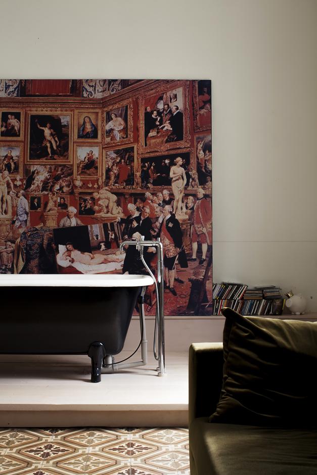 abitazione di un architetto, ring and simile, vasca in ghisa in soggiorno