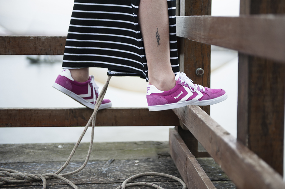 Abito a righe Mia Wish, sneakers Hummel, sneakers retro, Slimmer Stadil.