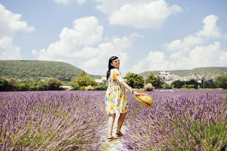 Provenza: alla ricerca della lavanda perduta, Sandra Bacci, abito con girasoli, campi di lavanda in fiore