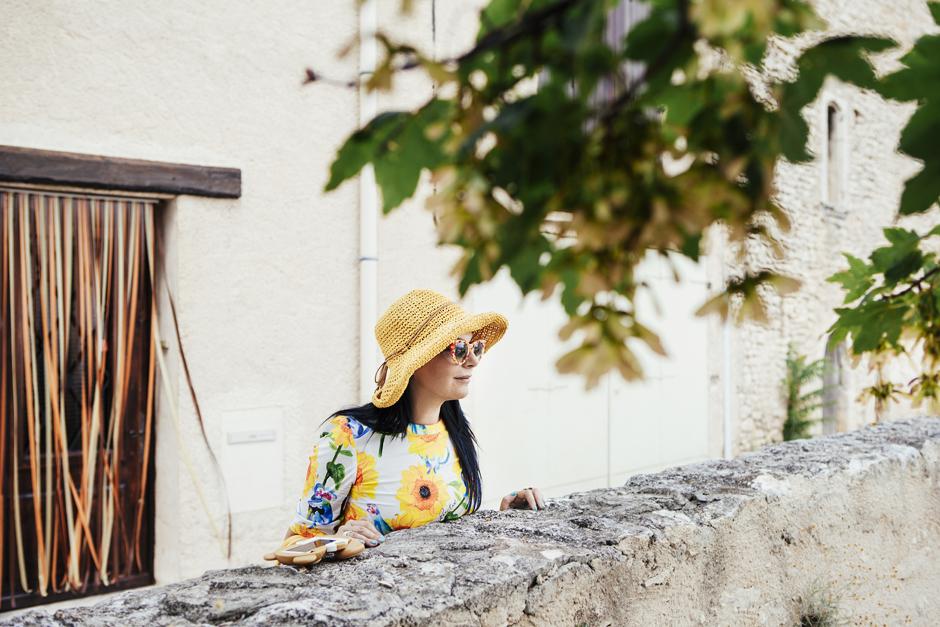 Simiane-la-Rotonde, Provenza: alla ricerca della lavanda perduta, Sandra Bacci, abito con girasoli
